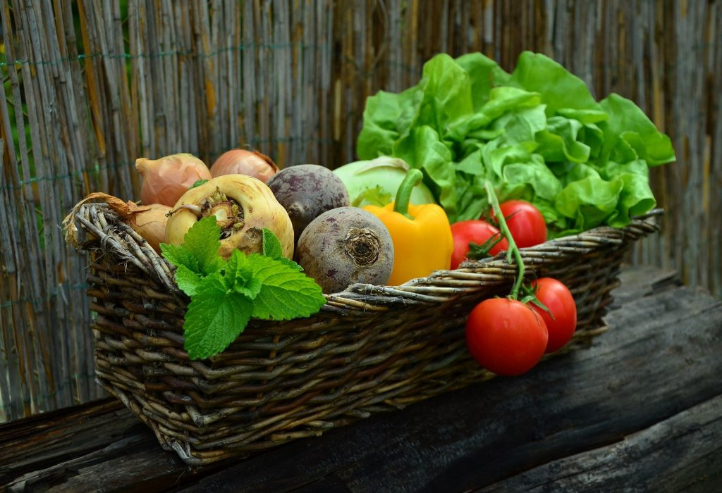 סלסלת ירקות בחמישה צבעים