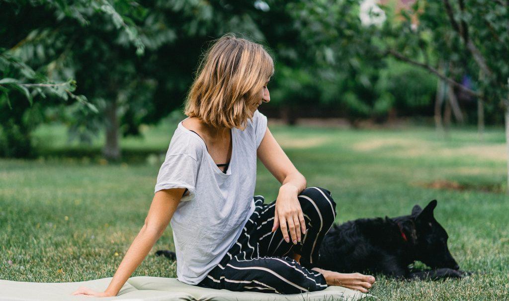פיקניק אישה וכלב